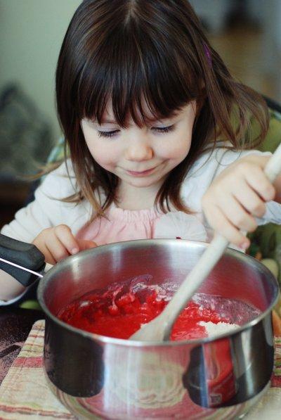 Dans une casserole moyenne, mélanger tous les ingrédients, sauf la farine supplémentaire pour le pétrissage, jusqu'à ce que le mélange soit assez homogène.
