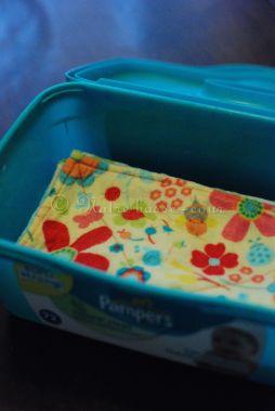 J'entrepose les lingettes humides, pliées en deux, dans une boîte à lingettes jetables.