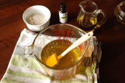 Hors du feu, incorporer le macérat de calendula, l'argile blanche et l'huile essentielle de romarin.